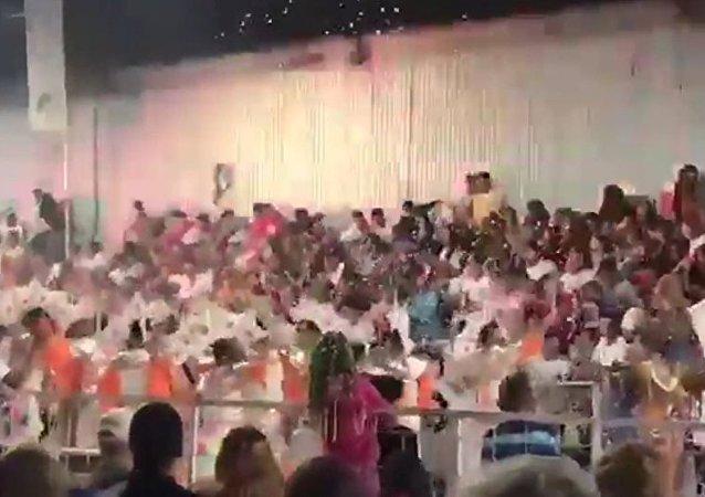 Karnaval kutlamaları sırasında sahne çöktü: 34 kişi yaralandı