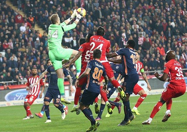 Spor Toto Süper Lig'in 22. haftasında lider Medipol Başakşehir, deplasmanda Antalyaspor'u 1-0 yendi.