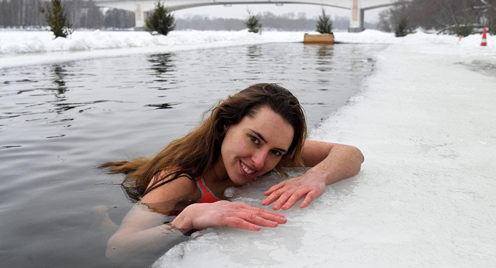 Aşırı mutluluk hissi verirken selülitleri önlüyor: Rus gençler sağlık için buzlu suda yüzüyor