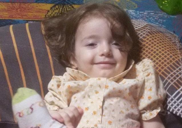 Sakarya'da üvey babasının dövdüğü belirtilen 2 yaşındaki Esma Asel Kolat, 84 gündür tedavi gördüğü hastanede yaşamını yitirdi. Kolat'ın cenazesi, Sakarya'nın Gevye ilçesinde defnedildi.