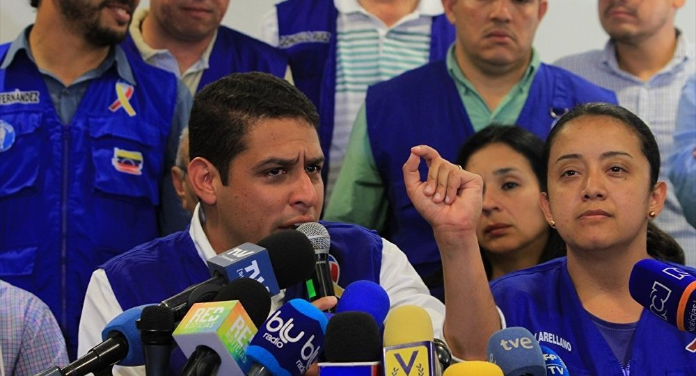 Venezüella Ulusal Meclis (AN) milletvekilleri Jose Manuel Olivares (solda 2) ve Gaby Arellano (sağda 2)