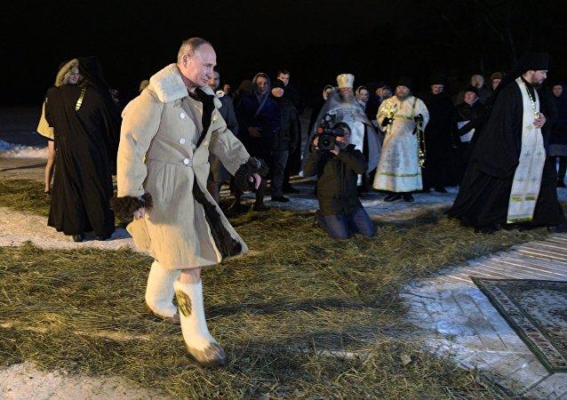 Rusya Devlet Başkanı Vladimir Putin'in  İsa'nın vaftiz edilişinin kutlandığı Epifani bayramında