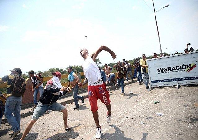 Protestocular, Kolombiya ve Venezüella arasındaki sınır çizgisindeki Simon Bolivar köprüsünde Venezüella güvenlik güçleriyle çarpıştı