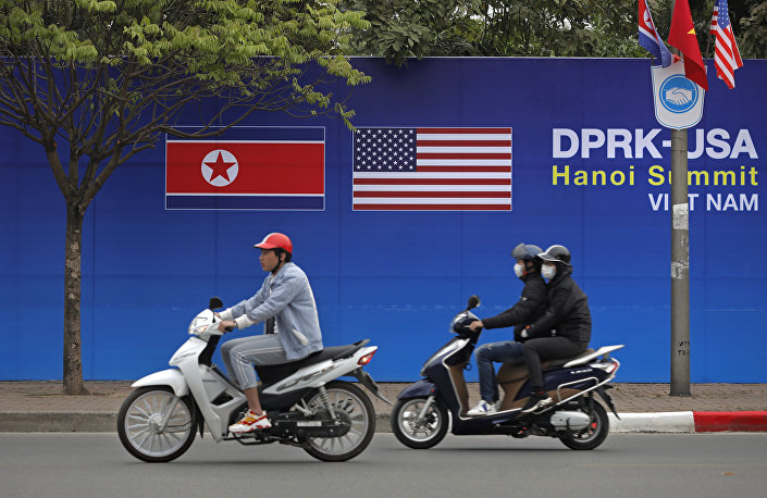 """KUZEY KORE- ABD ZİRVESİ NEDEN VİETNAM'DA? Zirvenin neden Hanoi'de gerçekleşeceği yönündeki soruyu da yanıtlayan Lavrov """"Vietnam, herkesle işbirliğine açık bir ülke, hiçbir zaman dostlarını unutmuyor, kimse ile cepheleşmeye gitmek istemiyor. Birçok ülke siyasi görüşmeler için Vietnam'da rahat bir atmosfer görüyor. Sözgelimi ben Hanoi'ye gitmekten her zaman büyük memnuniyet duyuyorum"""" dedi."""