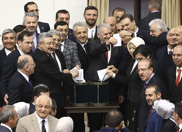 Bu arada ikinci tur oylamada eski Meclis Başkanı ve AK Parti İstanbul Büyükşehir Belediye Başkan Adayı Binali Yıldırım, Genel Kurul salonuna geldi. Yıldırım, MHP Genel Başkanı Devlet Bahçeli ve siyasi parti temsilcileriyle tokalaştırdıktan sonra oy kullandı.