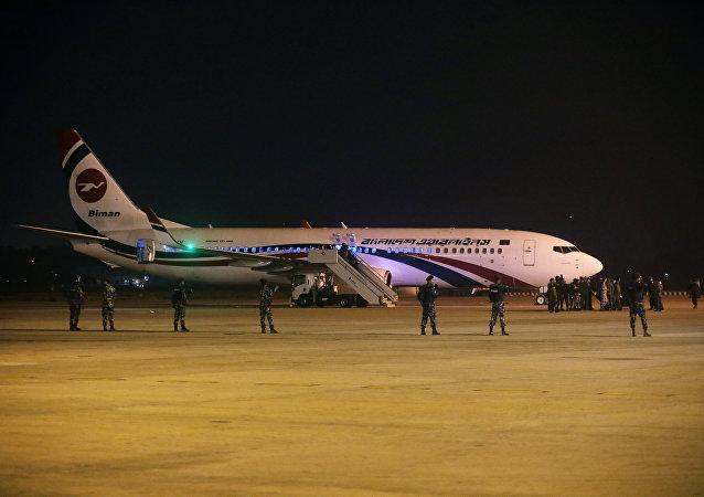 Bangladeş'in başkenti Dakka'dan Dubai'ye giden yolcu uçağı tehdit üzerine acil iniş yaptı.