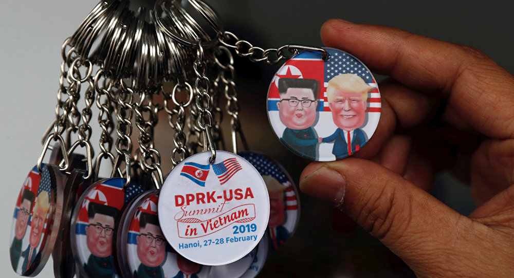 Vietnam'ın başkenti Hanoi'de Kim ile Trump'ın zirvesine evsahipliği vesilesiyle çeşitli hatıra eşyaları, hediyelikler piyasaya çıktı.