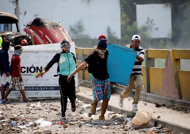 23 Şubat'ta insani yardımların sınırı geçmesinin ardından Venezüella ve Kolombiya arasındaki Simon Bolivar Köprüsü'nde çatışma yaşandı.