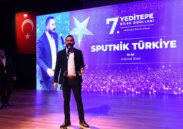 25 bin Yeditepe Üniversitesi öğrencisinin 35 kategoride seçtiği, yılın en iyileri arasında Sputnik Türkiye de yer aldı. Ödülü, Sputnik Türkiye Genel Yayın Yönetmeni Mahir Boztepe aldı.