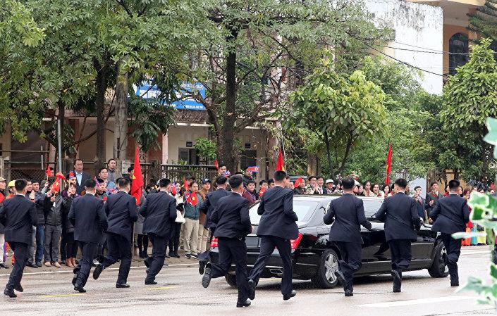 Öte yandan Vietnam'a 100 bodyguardla gittiği bilinen Kim'in Nisan 2018'de Güney Kore Devlet Başkanı Moon Jae-in ile yaptığı görüşmede dikkatleri üzerlerine çeken 12 kişilik 'kurşungeçirmez güvenlik ekibi' yine iş başındaydı.