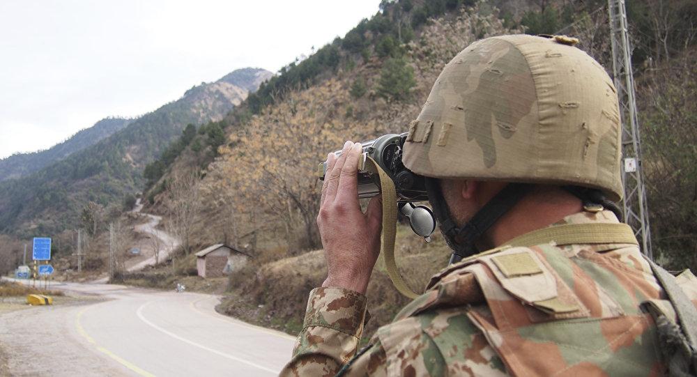 Pakistan askeri Hindistan sınırını gözlüyor.