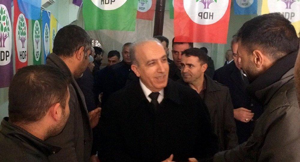 AK Parti'nin Belediye Başkan adayı Ertuğrul Eryılmaz, HDP'nin seçim bürosunu ziyaret etti
