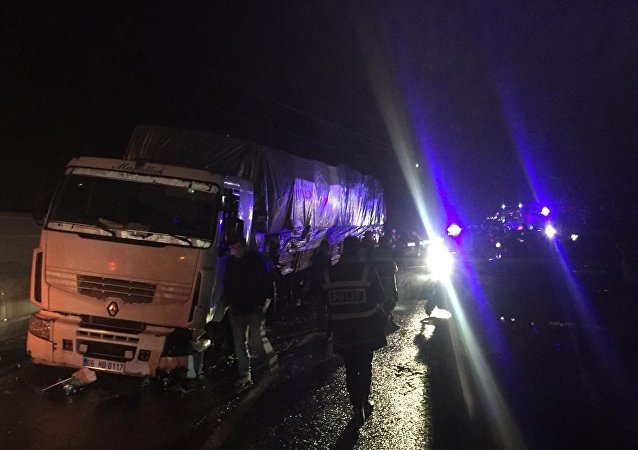 Artvin'de meydana gelen trafik kazasında pikabın tır ile çarpışması sonucu 5 özel harekat polis memuru yaralandı.