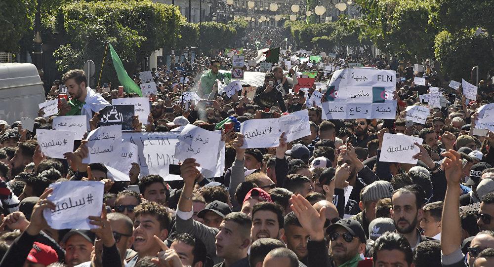 Cezayir'de 5. dönem adaylığını açıklayan cumhurbaşkanı Buteflika karşıtı gösteri