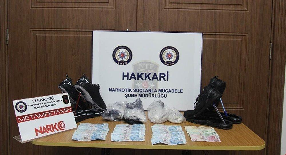 Ayakkabının tabanında 1 kilo 14 gram metamfetamin ve bin 850 TL para çıktı