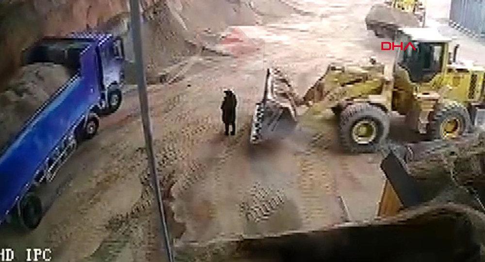 İnşaat sahasındaki görevli kadını kepçe içine alarak kum yükledi