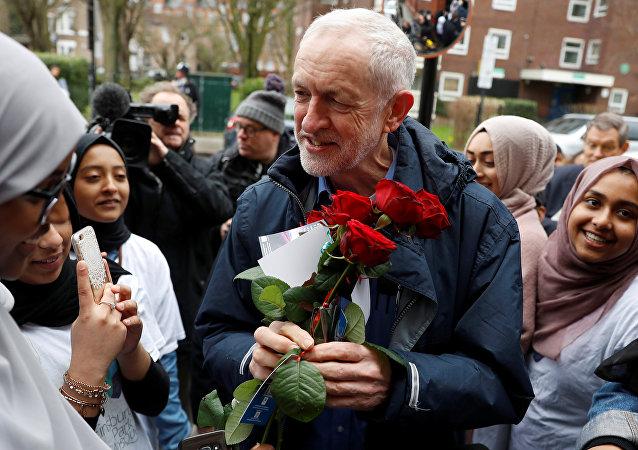Londra'da Finsbury Park Camisi'ni ziyaret eden İşçi Partisi Lideri Jeremy Corbyn