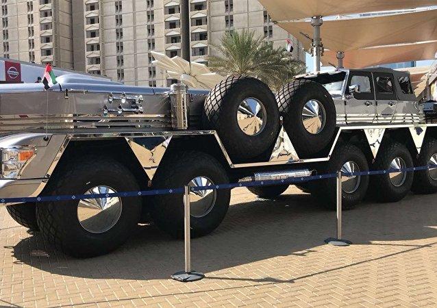 Abu Dabi emirlik ailesinden Şeyh Hamad Bin Hamdan El Nahyan için özel olarak Dubai'de üretilen Dhabiyan adlı 10 tekerlekli devasa arazi aracının videosu çekilerek internette yayınlandı.