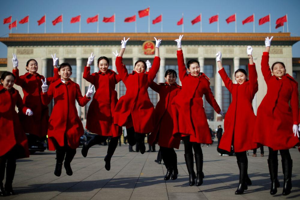 Çin'in başkenti Pekin'de düzenlenen Çin Ulusal Halk Kongresi'nin (ÇUHK) açılış  töreni sırasında Tiananmen Meydanı'nda poz veren misafir karşılama hostesleri.