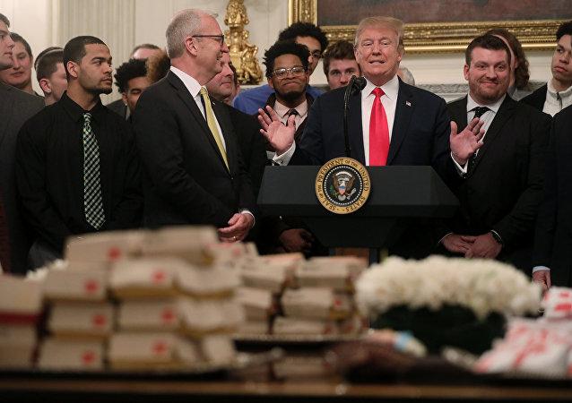 North Dakota State Bison'ı konuk eden Trump, Beyaz Saray'ın yemek masasına tepeleme hamburger, patates kızartması, kızarmış tavuk, tavuklu sandviç ve sos yığdırdı.