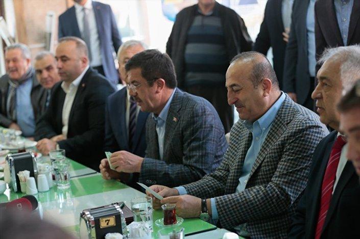 AK Parti İzmir Büyükşehir Belediye Başkan adayı Nihat Zeybekci ise Çavuşoğlu'nun seçim dönemine yoğun işlerine rağmen İzmir'e ikinci defa geldiğini belirterek, İzmir'siz bir Türkiye'nin ne kadar yarım kalacağını bildiği için, memlekete hizmet anlamında gayretin içinde yer almak gibi bir görevi yerine getirdiğini ifade etti.