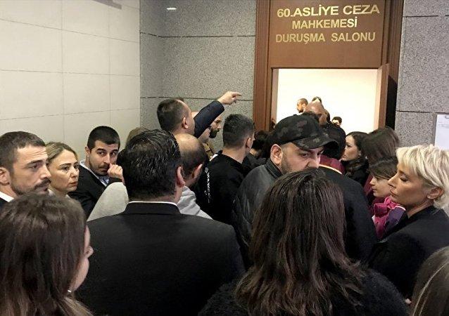 Oyuncu Ahmet Kural'ın , şarkıcı Sıla Gençoğlu'na karşı 'hakaret, tehdit ve kasten yaralama' suçlarından 5 yıla kadar hapis cezası istemiyle yargılanmasına başlandı.
