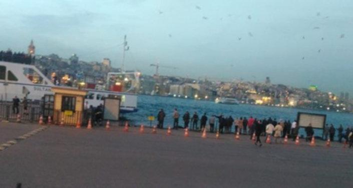 Eminönü'nde arabalı vapura gitmek üzere olan bir otomobil denize uçtu. Otomobildeki 1 çocuk 2 kişi kurtarıldı. Olay yerine polis ve kıyı emniyeti ekipleri sevk edildi.