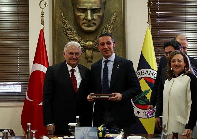 AK Parti İstanbul Büyükşehir Belediye Başkan Adayı Binali Yıldırım, Fenerbahçe Kulübü Başkanı Ali Koç'u ziyaret etti. Ali Koç, Yıldırım'a Fenerbahçe forması hediye etti.