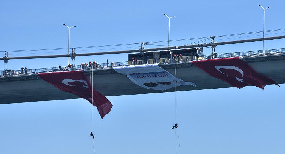 Kadın komandolar, 8 Mart için köprüden halatla indi