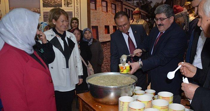 Bilecik'te erkekler 'horozlu keşkek' pişirip kadınlara ikram etti