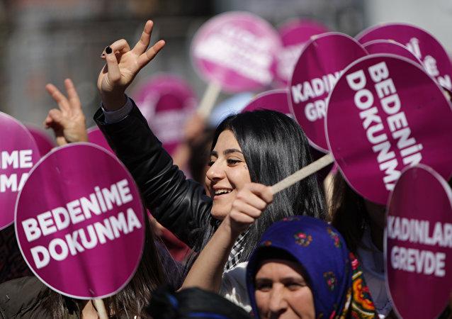 Diyarbakır'da 8 Mart mitingi: Leyla Güven ve Öykü Arin için çağrı