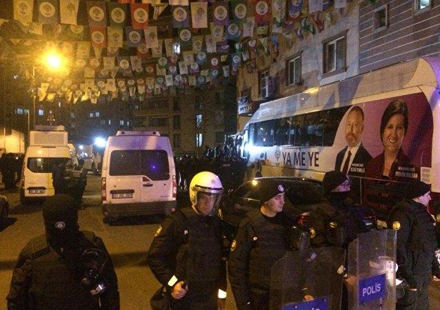 HDP Diyarbakır İl Binasına polis baskını