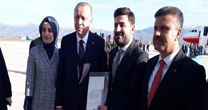 Cumhurbaşkanı Recep Tayyip Erdoğan, 1999 yılında Pınarhisar Cezaevi'ndeyken mektuplaştığı Elazığ'da yaşayan o dönem 11 yaşında olan Burak Soylu ile bir araya geldi.