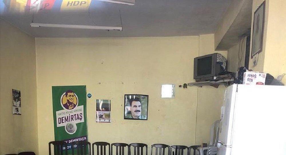 İzmir'de HDP seçim ofisine Abdullah Öcalan fotoğrafı asıldı