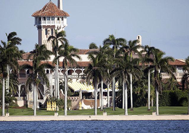 ABD Başkanı Donald Trump'ın sahibi olduğu Mar-a-Lago malikanesinde özel kulüp işletmesi, aidat ödeyen kulüp üyeleriyle misafirlerinin Trump, ailesi, dostları, Beyaz Saray çalışanları ve kabine üyeleriyle samimi olma fırsatı yakalaması pek çok etik sorunu beraberinde getiriyor.