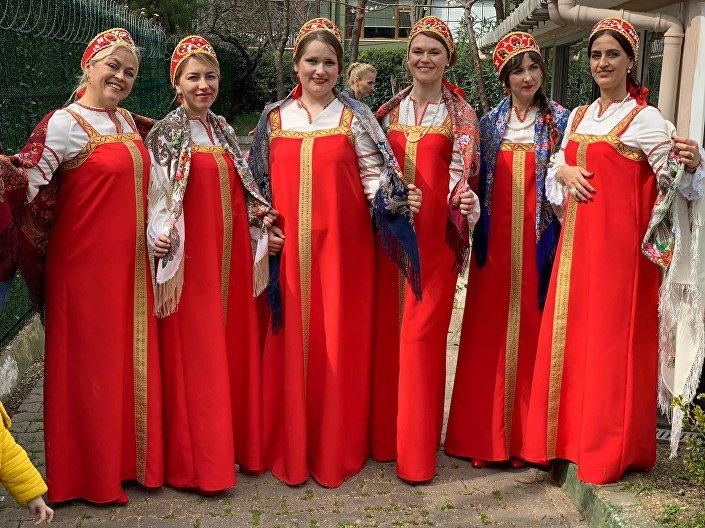 İstanbul'daki Maslenitsa etkinliğinde, Rus halk şarkıları söylendi, danslar edildi.