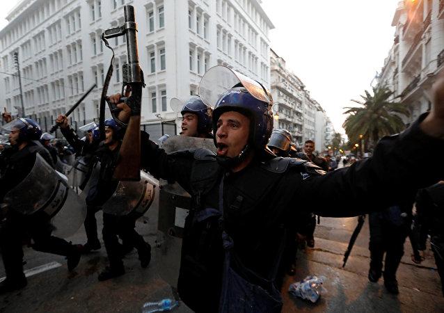 Cezayir polisinden ordu ve halk kardeştir kutlaması