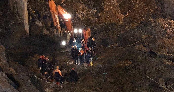 İzmir Büyükşehir Belediyesince, metro vagonları için yapılan yer altı park alanının inşaatındaki göçüğün altında kalan iki bekçiden diğerinin de cesedine ulaşıldı.