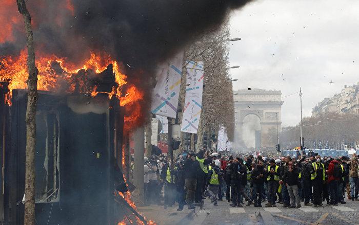 Fransa'da Sarı Yelekler eyleminde tansiyon yükseldi: Polis biber gazı kullandı, gazete bayileri ateşe verildi