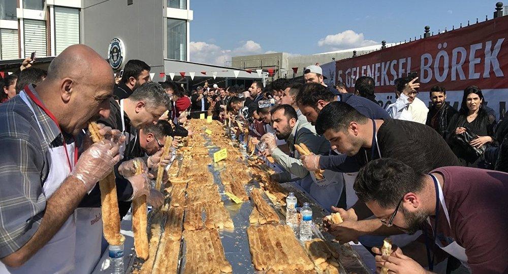 10 dakikada 10 metre uzunluğunda kol böreği yediler
