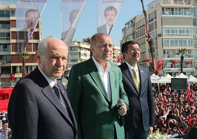 Türkiye Cumhurbaşkanı ve AK Parti Genel Başkanı Recep Tayyip Erdoğan (ortada) ile MHP Genel Başkanı Devlet Bahçeli (solda) ve AK Parti İzmir Büyükşehir Belediye Başkan Adayı Nihat Zeybekci