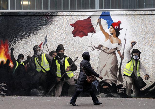 Fransa'da hayat pahalılığı ve akaryakıt zamlarıyla fitili ateşlenen Sarı Yelekler protestolarına gönderme yapan bir duvar resmi