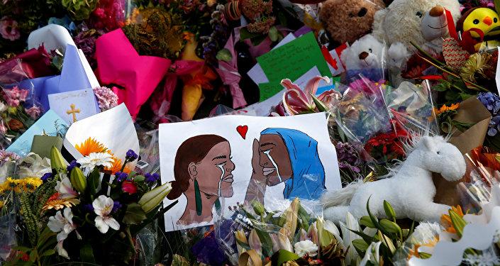 Yeni Zelanda'da saldırı düzenlenen camilerin önüne çok sayıda çiçek ve dayanışma mesajları içeren kartlar bırakıldı