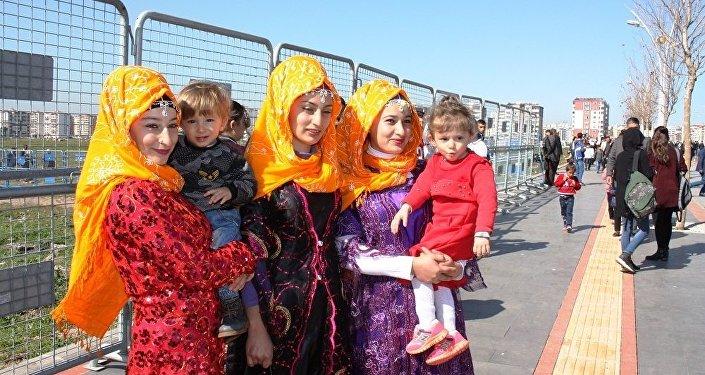 Diyarbakır'ın Merkez Bağlar ilçesi Nevruz Parkı'nda HDP öncülüğünde düzenlenen Nevruz kutlamalarından görüntüler.