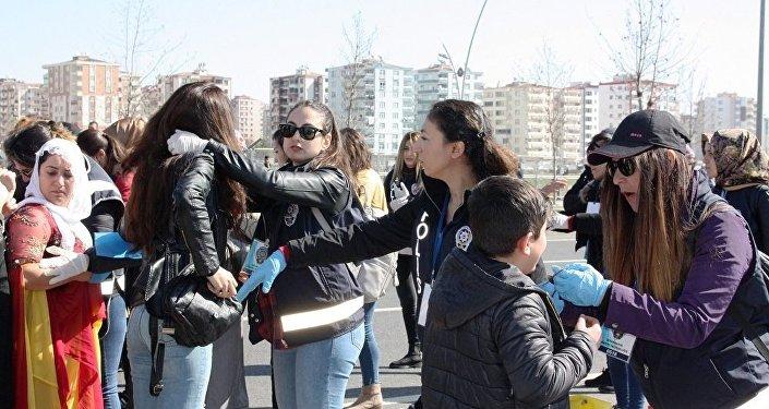 Diyarbakır'daki Nevruz kutlaması nedeniyle kentteki bazı güzergahlar trafiğe kapatılırken, kutlama alanına gelenler üst aramasından geçirildikten sonra içeri alındı.
