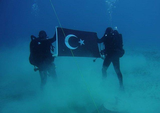 Yunanistan'dan Girit'te denizaltında Türk bayrağı açan dalgıç askere tepki