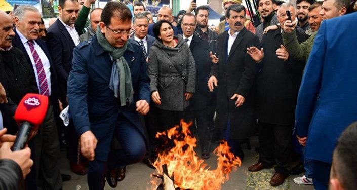 CHP İstanbul Büyükşehir Belediye Başkan Adayı Ekrem İmamoğlu, Caferi vatandaşlar tarafından düzenlenen Nevruz kutlamalarında, Nevruz'un resmi bir bayram olarak kutlanması gerektiğini ifade etti.