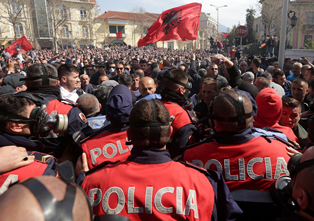 Arnavutluk'ta protestocular ve polis çatıştı