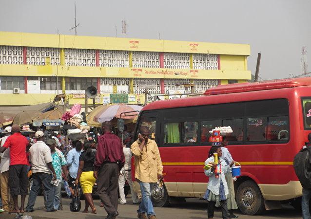 Gana'da bir otobüs durağı