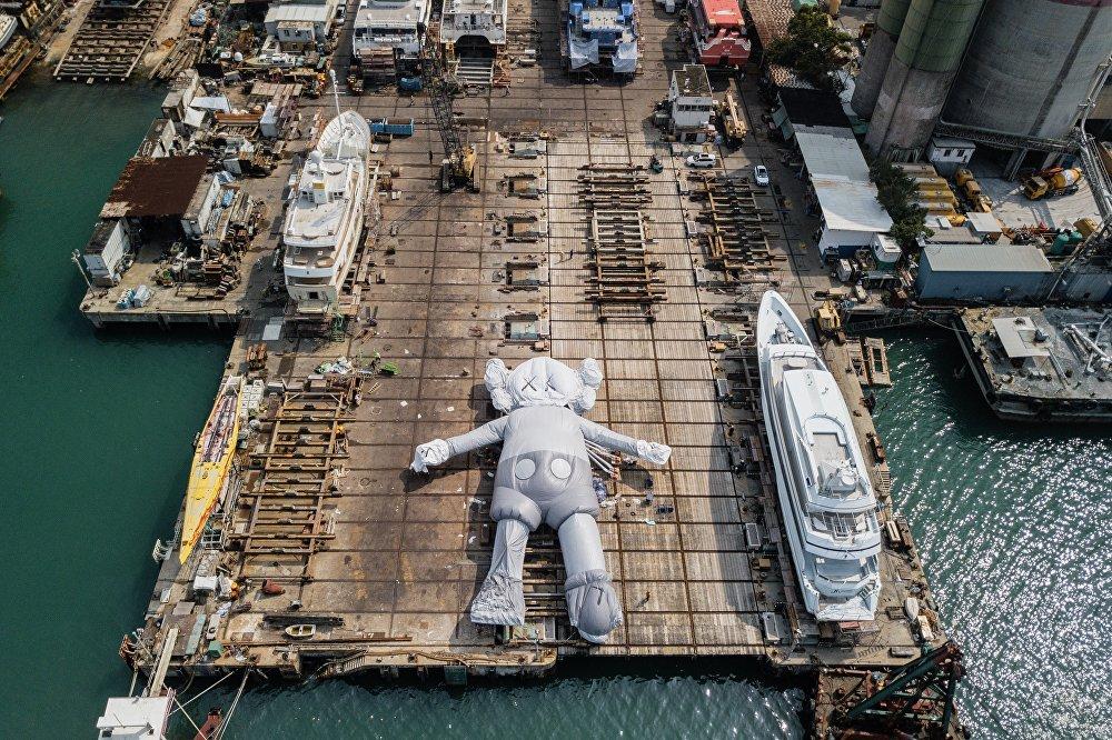 KAWS adıyla da bilinen Amerikalı sanatçı Brian Donnelly'ye ait Disney'in ünlü karakteri Mickey Mouse'u andıran dev yüzen heykel